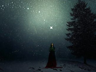 frau-sternenhimmel-rauhnaechte-winter