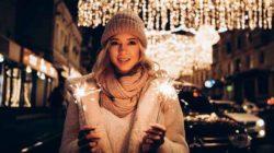 frau-wunderkerzen-weihnachten-winter
