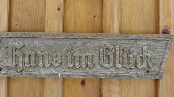habseligkeiten-hans-im-glueck-wooden-sign