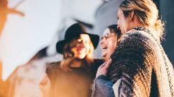 frauen-lachen-Kommunikation-people
