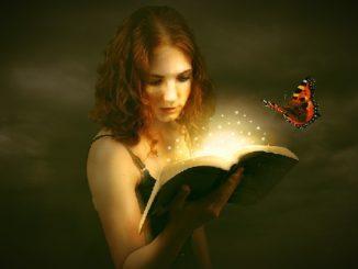 frau-buch-licht-weisheit-erkenntnis-woman