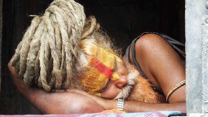 selbst-yogi-schlafend-pashupatinath