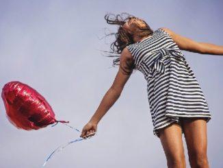 frau-gluecklich-luftballon-joy
