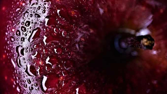 wasser-tropfen-roter-apfel-apple