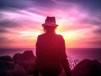 frau-Sonnenuntergang-Woman-Watching-the-Sunset