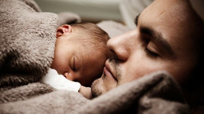 baby-vater-schlafen-father