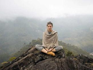 frau-berg-meditieren-meditate