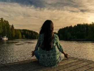 frau meditation see achtsamkeit yoga