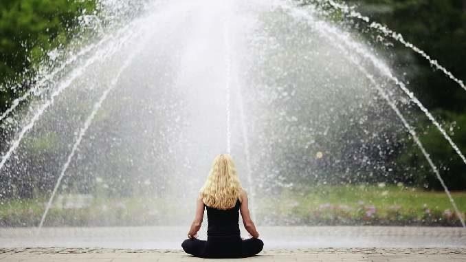 frau springbrunnen meditation