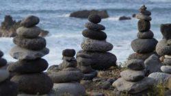 Wer wirft den ersten Stein steine tuerme meer rest