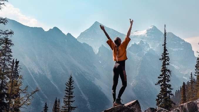 ungewissheit fuelle frau mountains