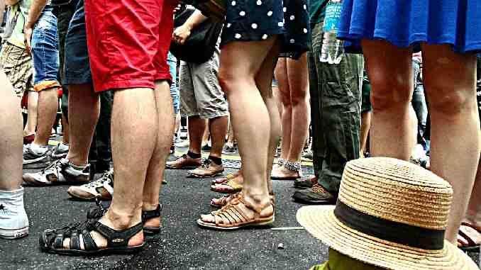 menschen schlange stehen wuerde calves