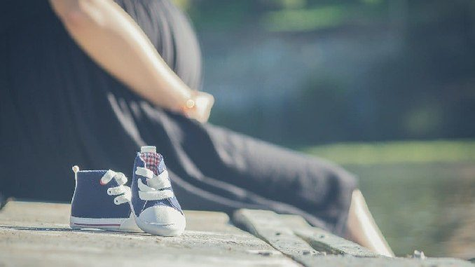 schwangere frau babyschuhe pregnant