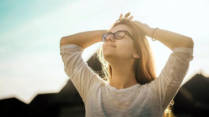 Frau-entspannt-sonnenaufgang