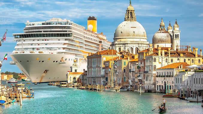 hageneder Kreuzfahrtschiff am Beginn des Canal Grande in Venedig, © Jaro68shutterstock.com1475014784